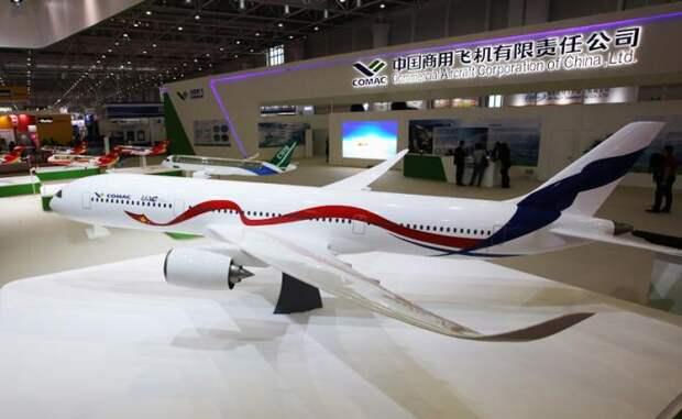 Макет нового российско-китайского широкофюзеляжного дальнемагистрального самолета на международной авиационно-космической выставке Airshow China 2016