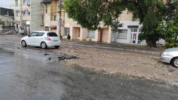 Гроза в Симферополе 29 мая 2021: дороги превратились в реки, ветер валит деревья. Фото, видео (обновляется)