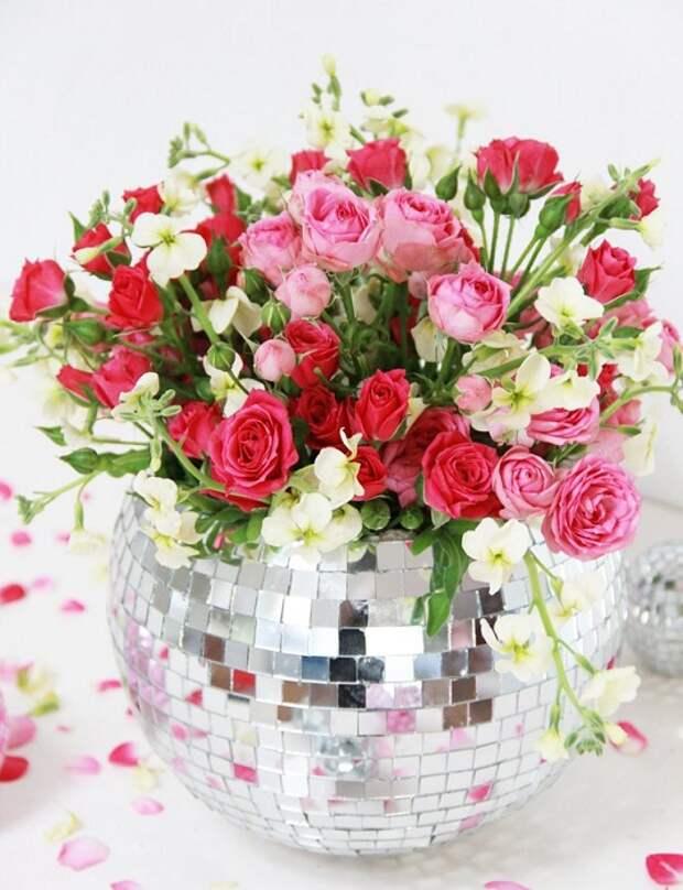 Прекрасный вариант создать оригинальную и симпатичную блестящую вазу, что украсит любой интерьер.