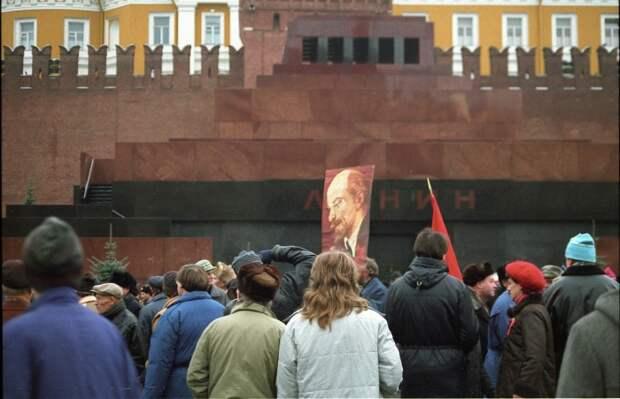 Толпа протестующий у Мавзолея Ленина на Красной площади.