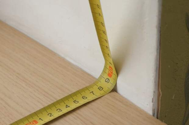 Измерение рулеткой в углу.