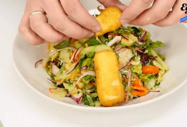 Рецепты без мяса. Салат с жареным тофу и кунжутом