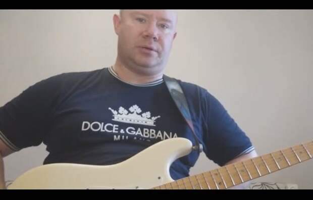 Педагог культурного центра «Северный» показал, как играть на гитаре полонез Огинского