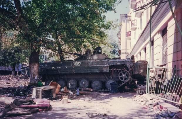 Здание УФСБ и БМП, который его защищал