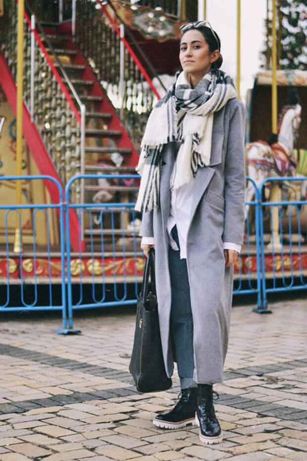 Девушка в бело-сером шарфе и пальто