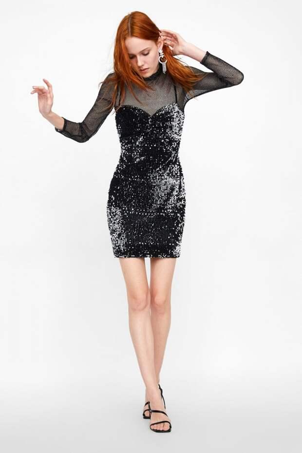 Модель в платье-футляре с пайетками