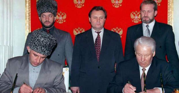 Борис Ельцин (справа) и Аслан Масхадов подписали соглашение между Россией и Чечней. Москва, 12 мая 1997 г. Кадр из видео пользователя raisa andreevna https://www.youtube.com/watch?v=maoUL48e4Ew