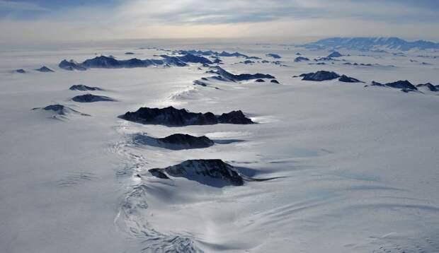 Под антарктическими льдами найдены сотни озёр, пригодных для жизни