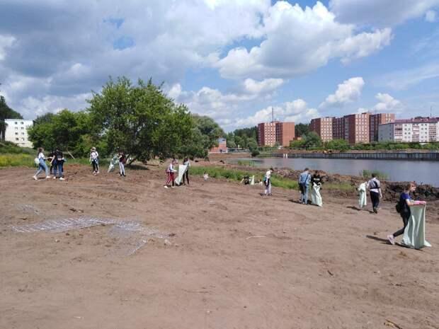Воткинские школьники и студенты очистили берег Березовского залива