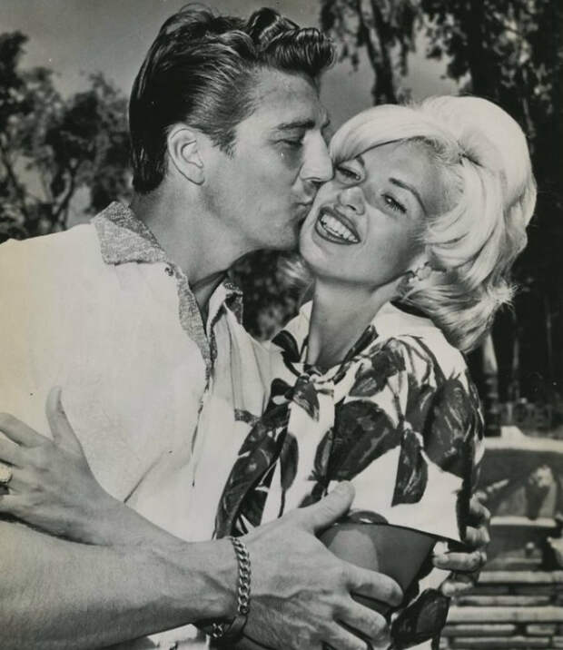 Джейн Мэнсфилд и Микки Харгитей. / Фото: www.howtodresslike.com