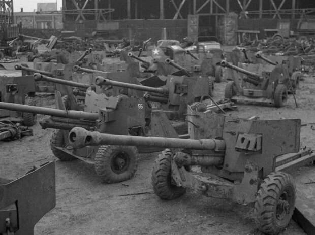 Склад захваченного оружия в Антверпене, Бельгия, в конце 1945 года.