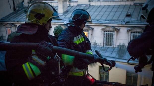 Крыша строящегося здания загорелась в Новой Москве