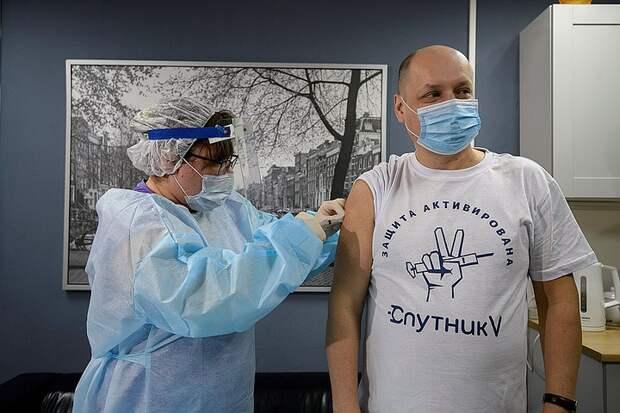 Профессор НИИ эпидемиологии объяснила, почему вакцинированным от ковида обязательно нужно продолжать носить маски