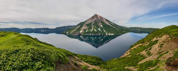 Кольцевое озеро и вершина вулкана Креницына.