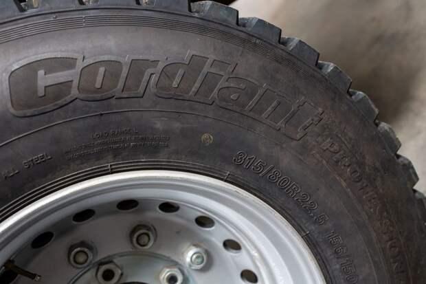 На автомобиле установлены шины размерностью 315/80 R22.5. авто, внедорожник, газ, газ-66, грузовик, дом на колесах, кемпер, обзор
