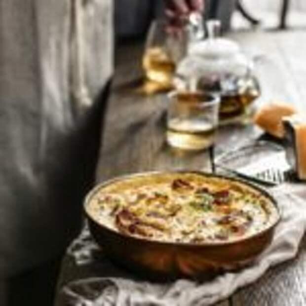 Сырный французский киш с беконом и луком-пореем.