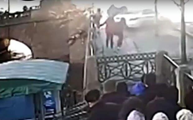 Влетевший в людей автомобиль отбросил человека в реку