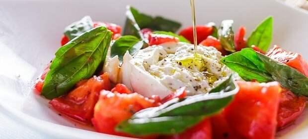 салат с сыром буррата и помидорами