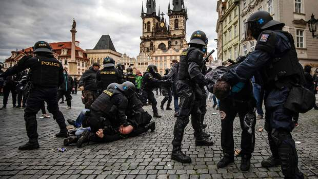 Чешские фанаты против остановки футбола из-за COVID. Полиция бьет протестующих