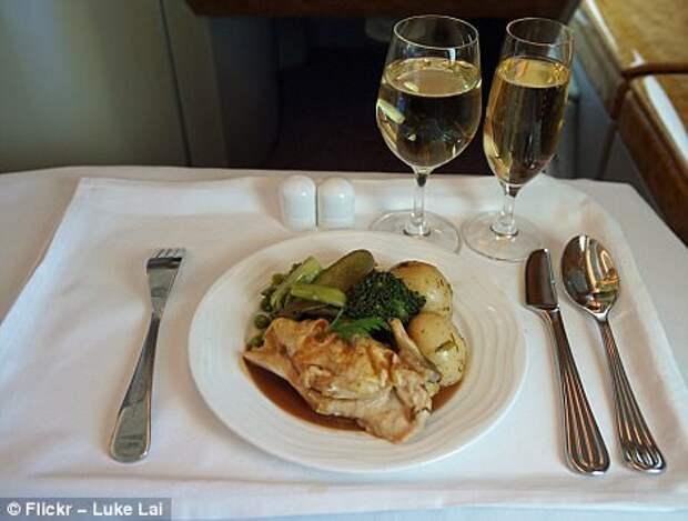 Как подают еду в эконом- и бизнес- классе в самолетах