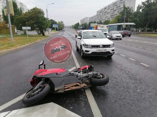 Автоледи сбила мотоциклиста на Енисейской