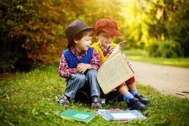 Дети с книгой. Фото: pixabay.com
