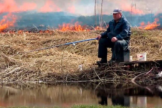 «Рождение мема»: невозмутимый рыбак напожаре стал героем Сети