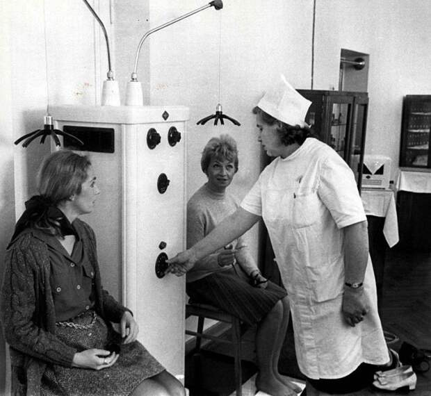 Советский врач в Сочи снимает головную боль у двух американских туристок с помощью медицинского оборудования, 1970 год. история, события, фото