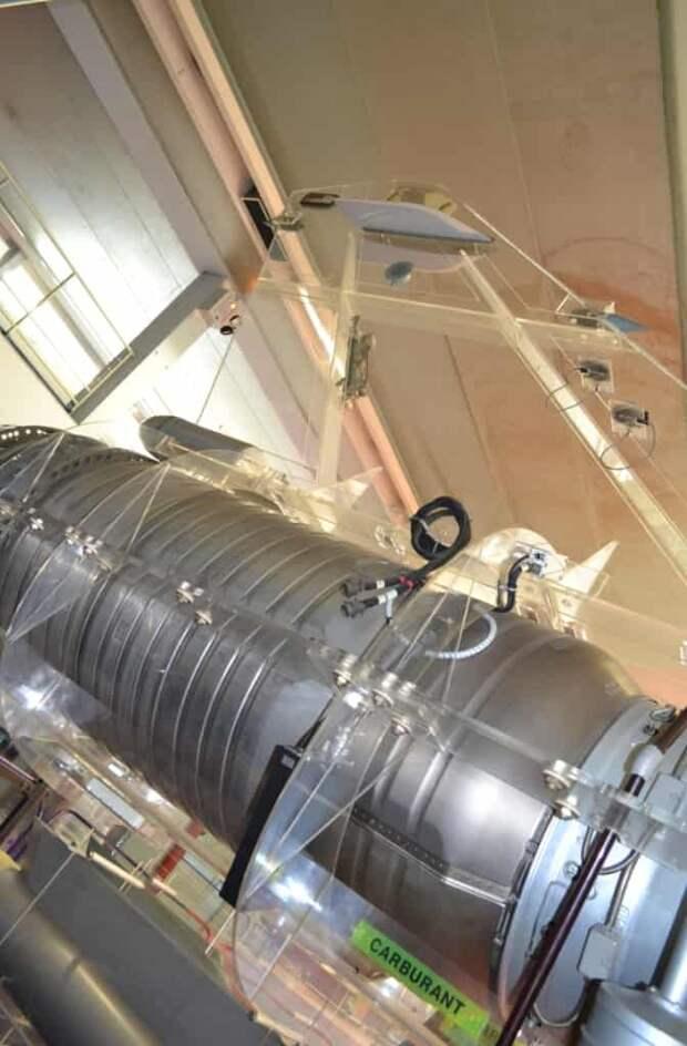 Еще один кадр хвостовой части и форсажной камеры двигателя – она со всех сторон окружена топливными отсеками