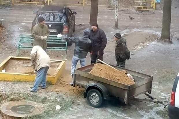 В Калужской области коммунальщики посыпали дороги песком из детской песочницы