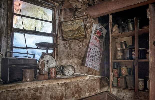 Дом держали закрытым от посторонних почти 100 лет. Женщине повезло и она первой вошла с камерой внутрь