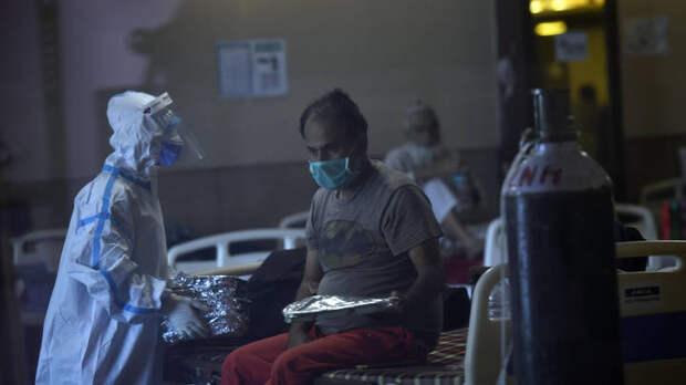 """Индию сотряс """"коронавирусный шторм"""": На улицах городов развели погребальные костры"""