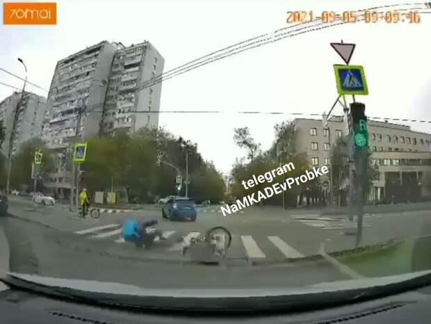 Велосипедист-курьер перевернулся на переходе улицы Лётчика Бабушкина