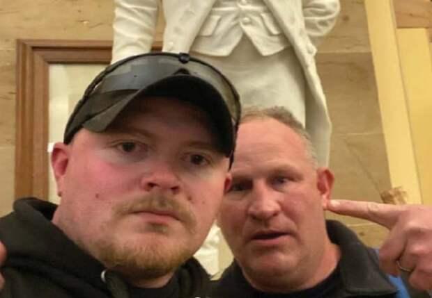 Полицейским из Виргинии предъявили обвинения в связи с беспорядками в Капитолии