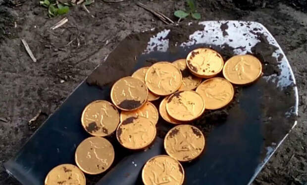 У черного копателя затряслись руки: из земли показался желтый металл