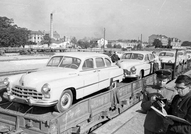 Целая партия санитарных автомобилей ГАЗ-12Б готовится к отправке.  история, ретро, фото