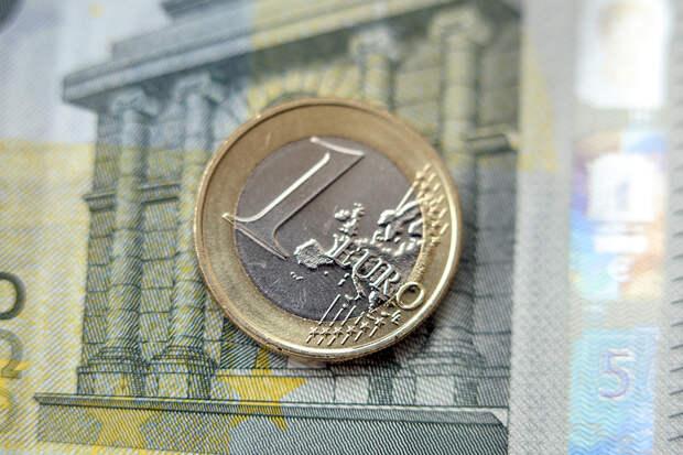 Курс евро упал ниже 80 рублей