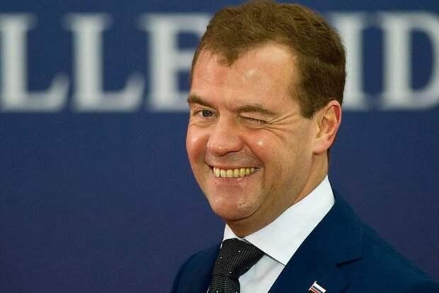 Лидер «Единой России» Дмитрий Медведев в своем «репертуаре», он указал россиянам на беспрецедентный рост их зарплат…