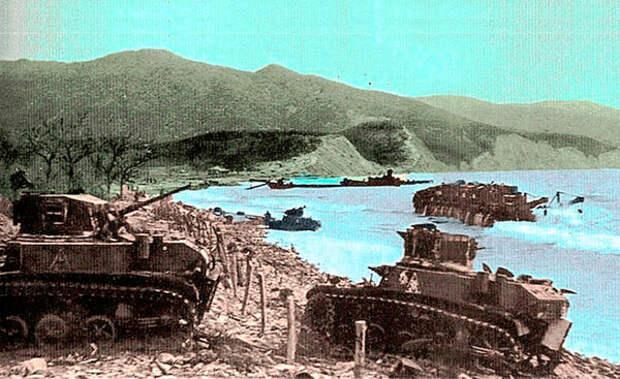 """Потери были не маленькие. """"Обратная сторона высадки"""". Цемесская бухта.  Подбитые """"Ленд-лизовские"""" легкие танки """"М-3 Стюарт""""."""