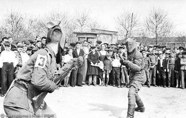 Советский солдат в штыковом бою Великой Отечественной