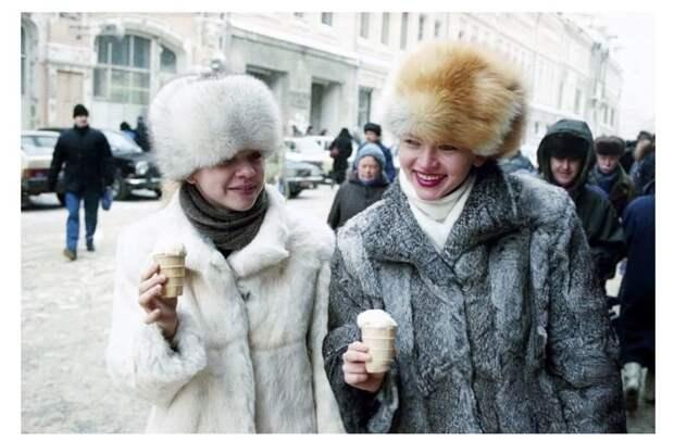 4. Есть мороженое даже зимой в мире, жизнь, иностранцы, люди, привычки, россия