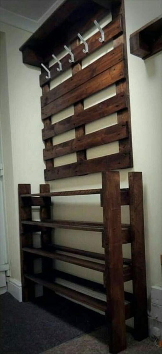 Удобную вешалку можно объединить с практичными полочками для обуви. /Фото: freshideen.com