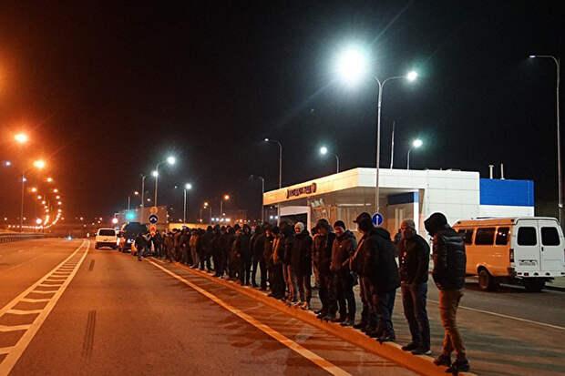 Группу крымских татар на 25 машинах не пропустили через Керченский мост