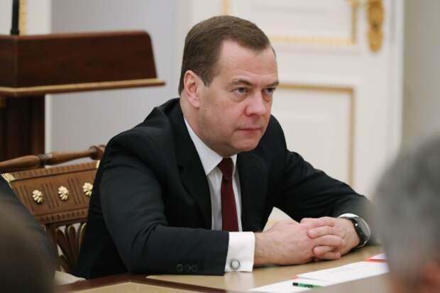 Медведев призвал чиновников свыкнуться с пользователями соцсетей