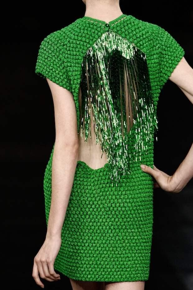 Бахрома на спинке вязаного платья