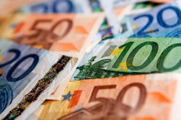 Доллар дорожает к евро и иене, турецкая лира дешевеет
