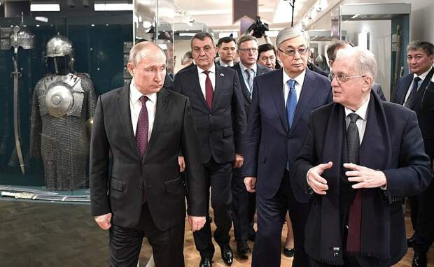 Путин и президент Казахстана Токаев посетили центр «Эрмитаж-Сибирь» в Омске