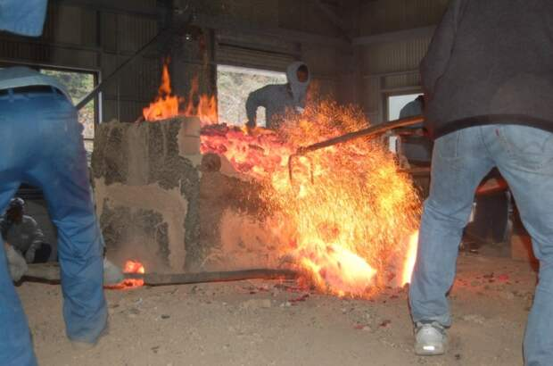 Все кузнецы мечей в Японии пользуются сталью из одной печи. /Фото: i1.wp.com