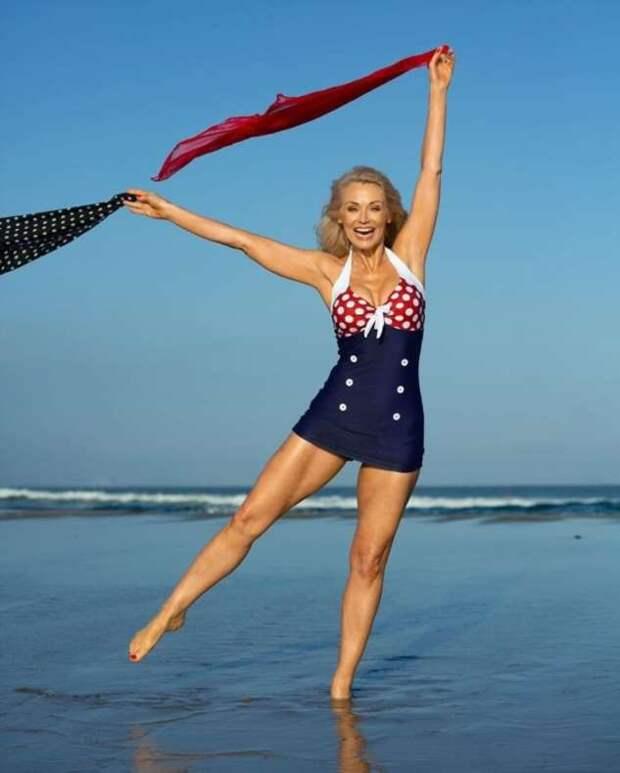56-летняя модель рекламирует купальники