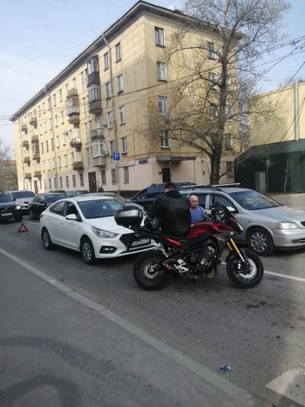 На Октябрьской столкнулись легковушка и мотоцикл